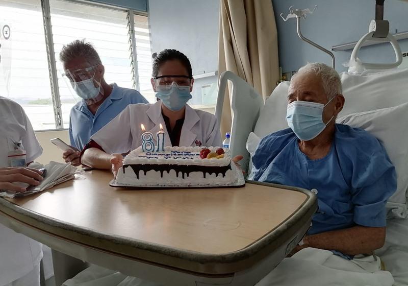 Don Juan disfrutando de su cumpleaños en el hospital
